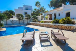 214170-Fantastic Villa in prime location just 300m from the beach-01